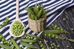 在篮子的新鲜的有机绿豆 免版税库存图片