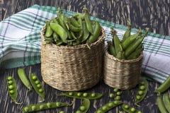 在篮子的新鲜的有机绿豆 免版税库存照片