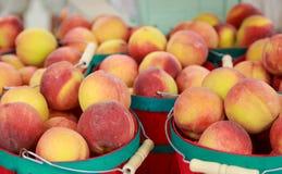 在篮子的新鲜的桃子 免版税库存照片