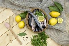 在篮子的新鲜的梭鱼 免版税库存照片