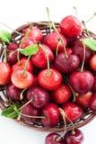 在篮子的新鲜的湿樱桃 库存图片