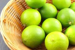 在篮子的新鲜的石灰果子 库存图片