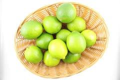 在篮子的新鲜的石灰果子 免版税图库摄影