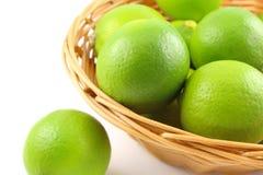在篮子的新鲜的石灰果子 免版税库存照片