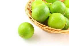 在篮子的新鲜的石灰果子 库存照片