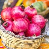 在篮子的新鲜的石榴石在水果市场上 免版税库存图片