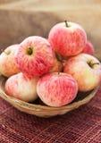 在篮子的新鲜的红色苹果 免版税图库摄影