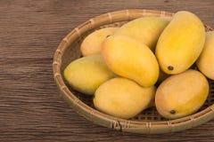 在篮子的新鲜的芒果 免版税库存照片