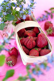 在篮子的新鲜的草莓 免版税库存图片