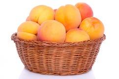 在篮子的新鲜的鲜美杏子 免版税库存图片