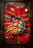 在篮子的新鲜蔬菜成份与烹调在土气餐巾的匙子 素食和健康食物概念 库存图片