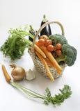 在篮子的新鲜蔬菜:茄子,红萝卜,硬花甘蓝和 免版税库存照片