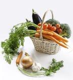 在篮子的新鲜蔬菜:茄子,红萝卜,硬花甘蓝和 免版税图库摄影