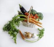 在篮子的新鲜蔬菜:茄子,红萝卜,硬花甘蓝和 库存图片