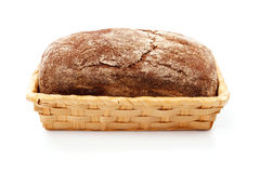 在篮子的新鲜面包在白色背景 库存图片