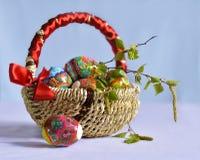 在篮子的明亮的复活节彩蛋。 免版税库存照片