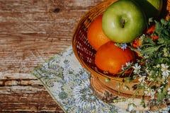 在篮子的有机苹果在夏天草 新鲜的苹果本质上 库存图片