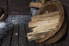 在篮子的木柴 免版税库存照片