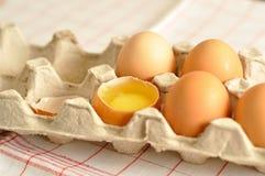 在篮子的未加工的卵黄质蛋关闭 库存图片