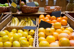 在篮子的果子与标识牌在食物市场上 库存图片