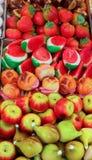 在篮子的果子型小杏仁饼在商店 免版税库存照片