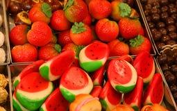 在篮子的果子型小杏仁饼在商店 库存图片