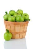在篮子的格兰尼史密斯苹果苹果 免版税库存图片