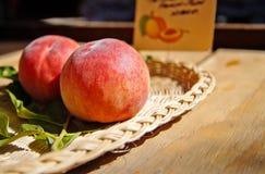 在篮子的桃子 免版税库存照片