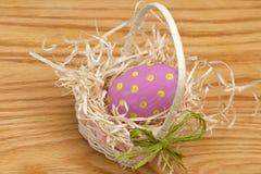 在篮子的桃红色复活节彩蛋 免版税库存图片