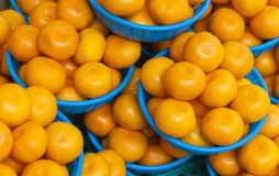 在篮子的桔子待售在食物市场上 免版税图库摄影