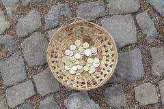 在篮子的欧洲硬币 库存图片