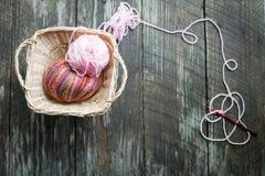 在篮子的毛线与钩针 免版税库存照片