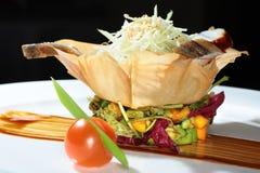 在篮子的沙拉由面团制成 免版税库存图片