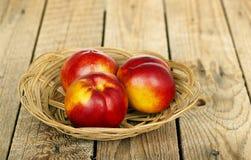 在篮子的油桃 免版税库存照片