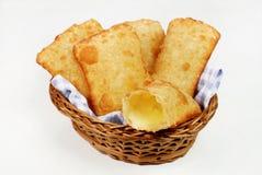 在篮子的油煎的乳酪柔和的淡色彩在与一个的白色背景中开放 免版税库存图片