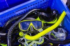 在篮子的潜航的面具潜水和废气管的 库存图片