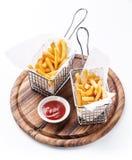 在篮子的炸薯条服务的 免版税库存图片