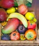 在篮子的热带水果。在一个晴天关闭  免版税库存图片