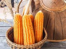 在篮子的玉米,在木桌上 库存图片