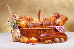 在篮子的甜面包店产品 免版税库存照片