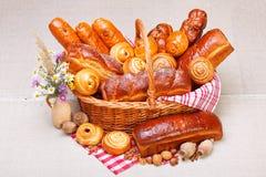 在篮子的甜面包店产品 免版税库存图片