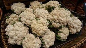 在篮子的白色花椰菜堆 免版税库存照片