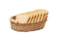 在篮子的白面包 片式 背景查出的白色 免版税库存图片