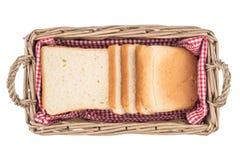 在篮子的白面包 片式 背景查出的白色 免版税图库摄影