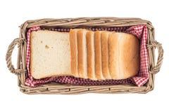 在篮子的白面包 片式 背景查出的白色 库存图片