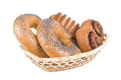 在篮子的百吉卷和小圆面包 免版税图库摄影