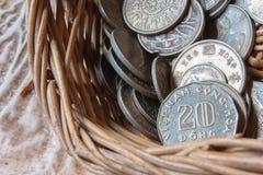 在篮子的硬币 图库摄影