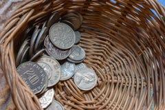 在篮子的硬币 免版税库存照片