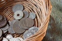 在篮子的硬币 库存照片