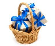在篮子的礼物 免版税库存照片